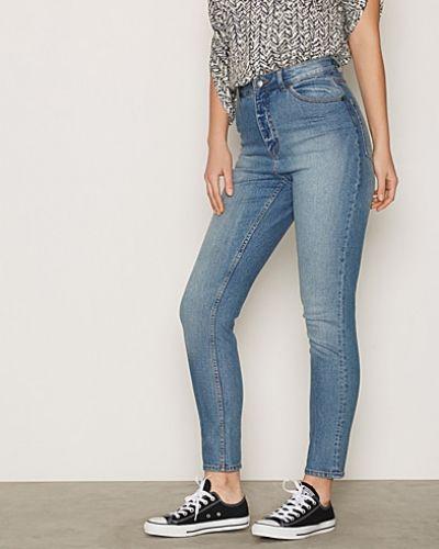 Blå straight leg jeans från Cheap Monday till dam.