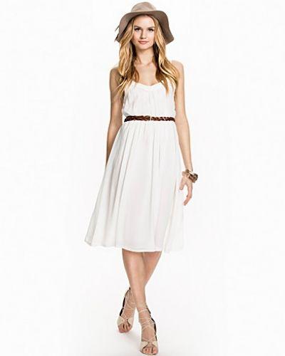 Till dam från Glamorous, en vit maxiklänning.