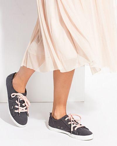 Till dam från Odd Molly, en grå sneakers.
