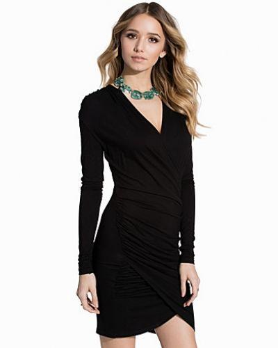 Till dam från Club L Essentials, en svart jerseyklänning.