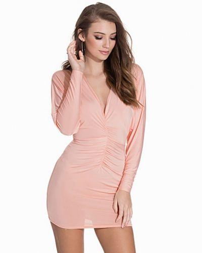 Rosa fodralklänning från NLY One till dam.