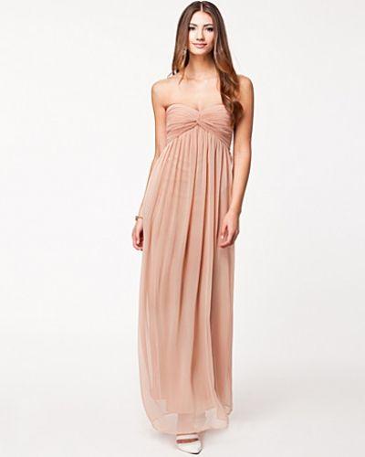 Till dam från NLY Trend, en metallicfärgad maxiklänning.