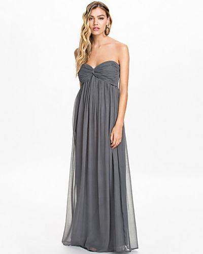 Till dam från NLY Trend, en grå maxiklänning.