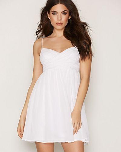 Till dam från NLY Trend, en vit miniklänning.