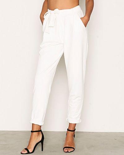 Till dam från NLY Trend, en vit byxa.