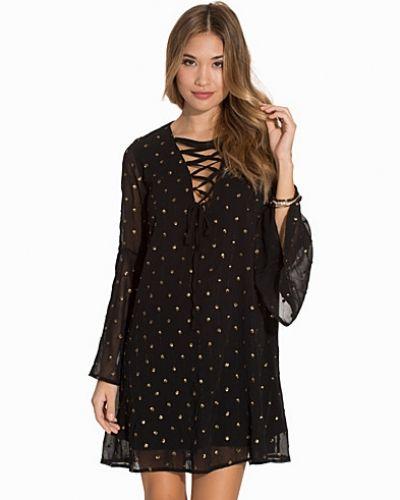 Till dam från Glamorous, en svart klänning.