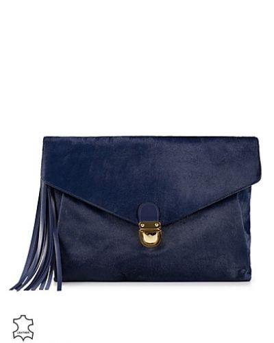 Till tjejer från J Lindeberg, en blå kuvertväska.