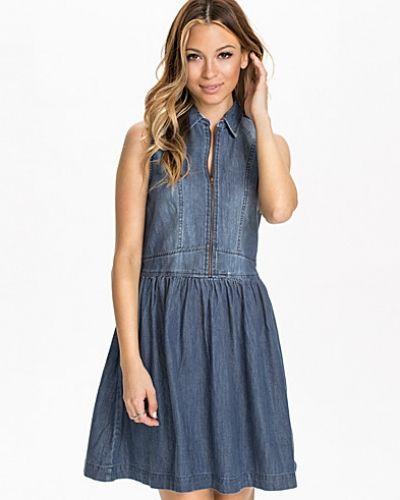 Till tjejer från Hilfiger Denim, en lila jeansklänning.