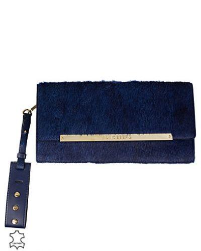 Blå kuvertväska från J Lindeberg till tjejer.