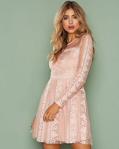 Expose Me Dress NLY Trend långärmad klänning till dam.