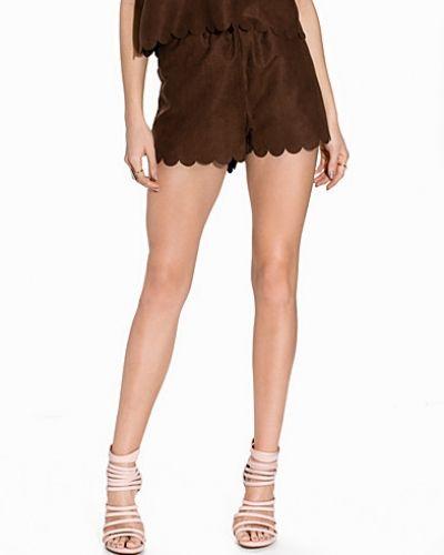 Till dam från NLY Trend, en brun shorts.