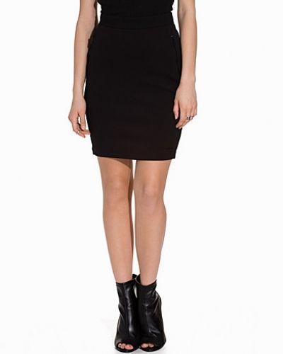 Till tjejer från Calvin Klein Jeans, en jeanskjol.