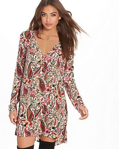 Till dam från NLY Trend, en flerfärgad klänning.