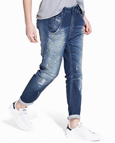 Boyfriend jeans från Diesel till tjej.