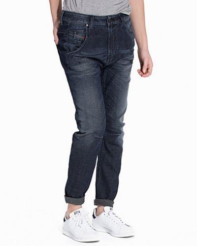 Blå boyfriend jeans från Diesel till tjej.