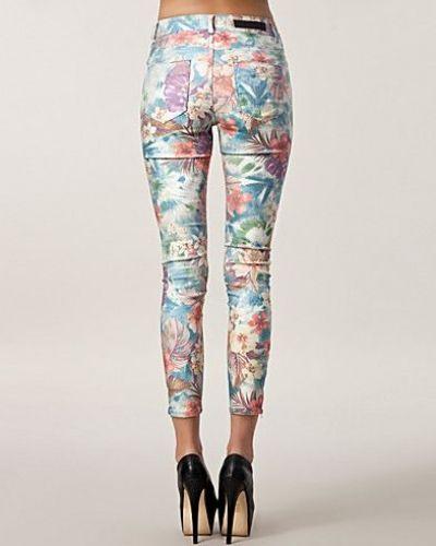 Till dam från Selected Femme, en flerfärgad slim fit jeans.
