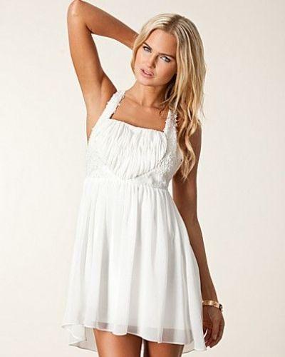 Till tjejer från Oneness, en vit studentklänning.