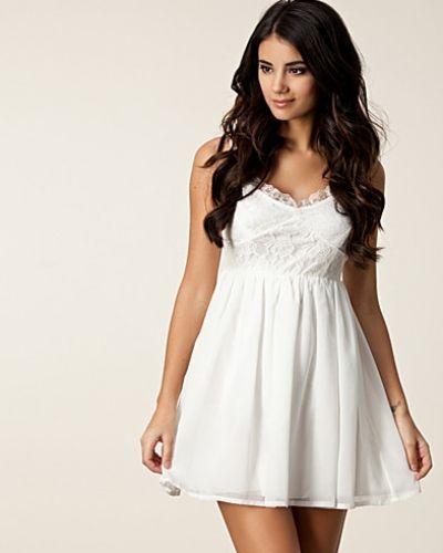 Till tjejer från Jeane Blush, en vit studentklänning.