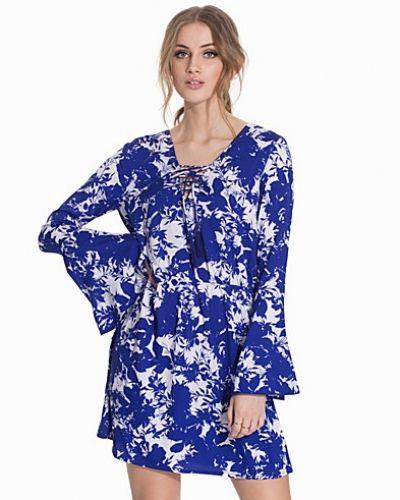 Till dam från NLY Trend, en klänning.