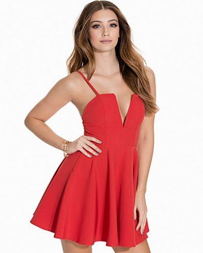 Till dam från NLY One, en röd klänning.