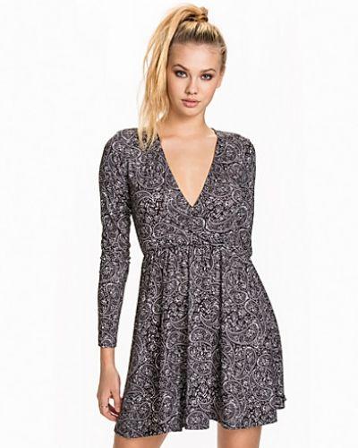 Flerfärgad klänning från NLY Trend till dam.