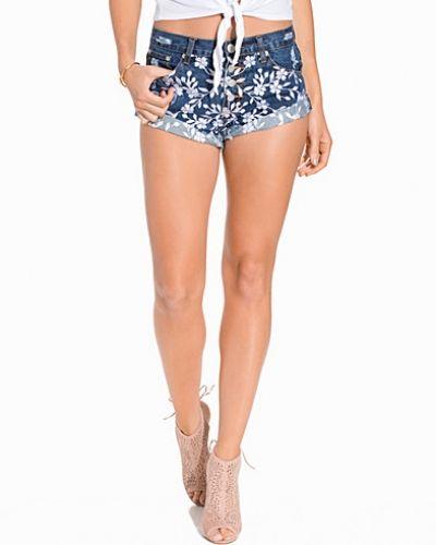Till dam från Glamorous, en blå shorts.