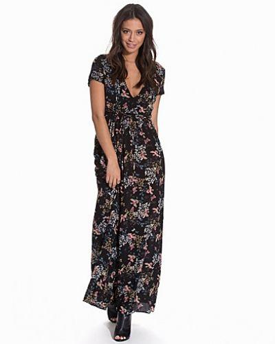 Till dam från Glamorous, en svart maxiklänning.
