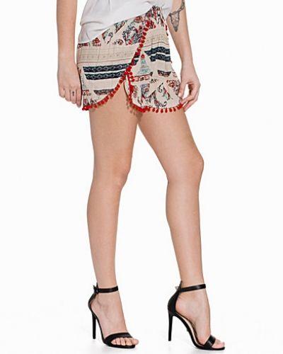 Till dam från Glamorous, en creamfärgad shorts.