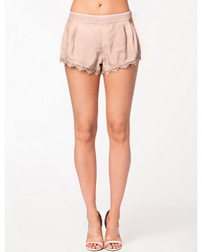 Till dam från Rebecca Stella For Nelly, en rosa shorts.