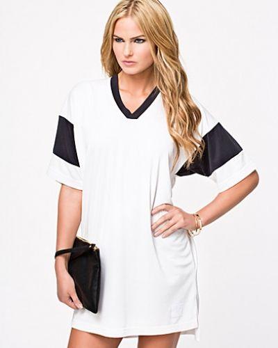 Till dam från T By Alexander Wang, en vit klänning.
