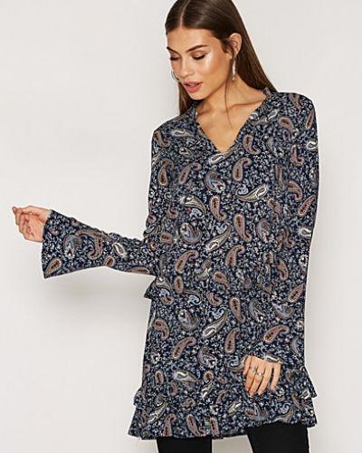 Klänning Frill Day Dress från NLY Trend