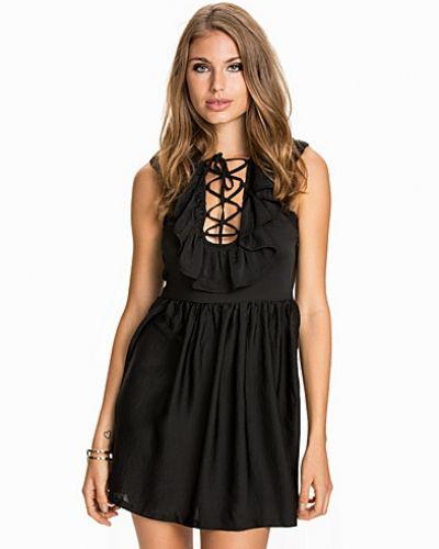 Festklänning Frill Front Dress från NLY Trend