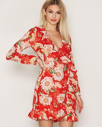Röd klänning från NLY Trend till dam.
