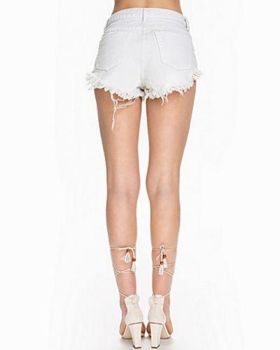Till tjejer från Glamorous, en vit jeansshorts.
