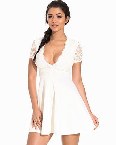 Till dam från NLY One, en vit klänning.