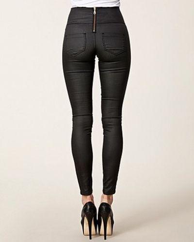 Till dam från Pieces, en svart slim fit jeans.