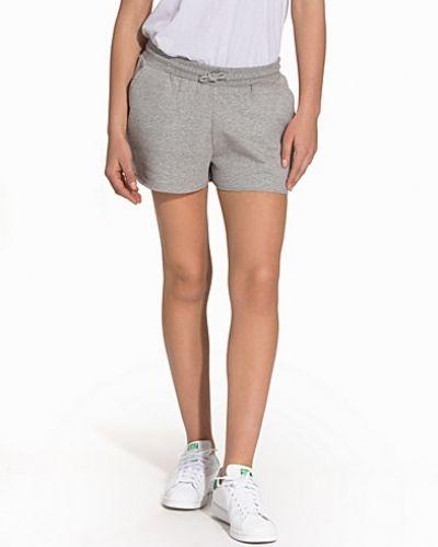 Gertrud shorts Svea shorts till dam.