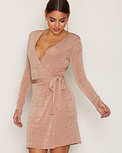 Långärmad klänning Glam Wrap Dress från NLY Trend