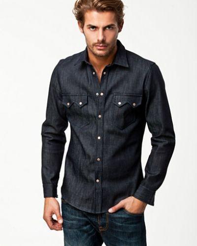 Till herr från Nudie Jeans, en blå jeansskjorta.