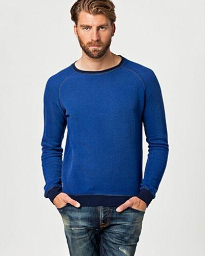 Till killar från Nudie Jeans, en blå sweatshirts.