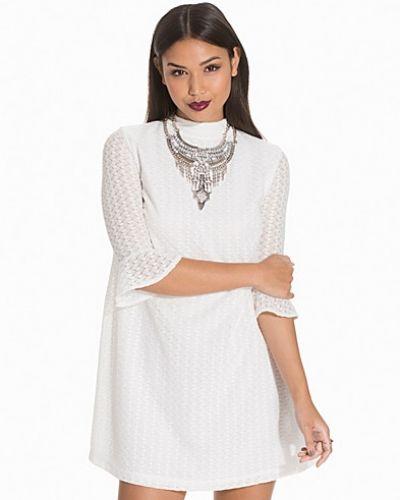 Till dam från Motel, en vit fodralklänning.