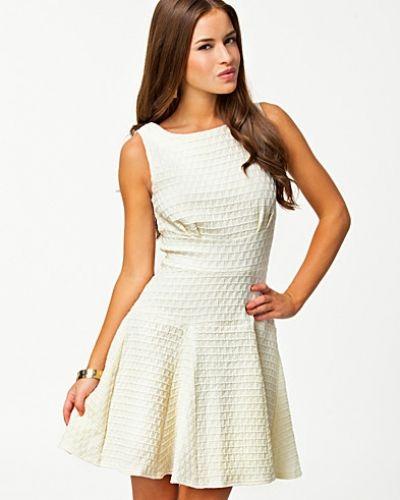 Till tjejer från Closet, en creamfärgad studentklänning.