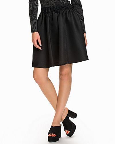 Till kvinna från By Malene Birger, en svart midikjol.