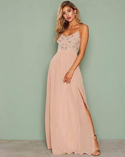 Till dam från Nly Eve, en rosa maxiklänning.