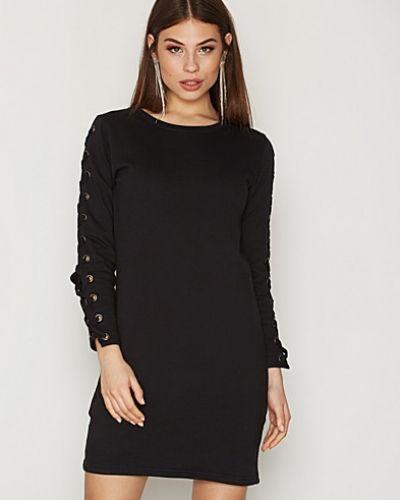 Till dam från Sisters Point, en svart långärmad klänning.