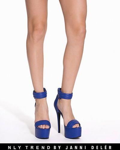 Till dam från NLY Trend, en blå högklackade.