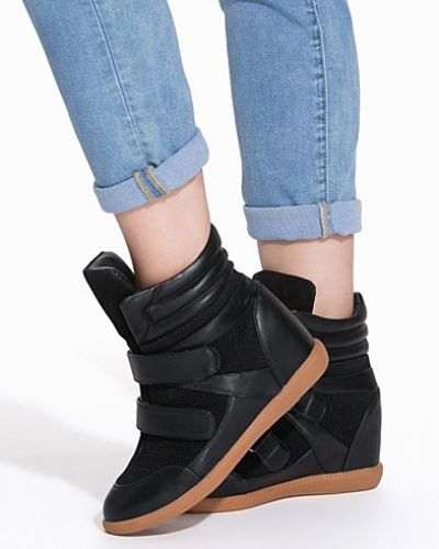 Till dam från Nly Shoes, en svart sneakers.