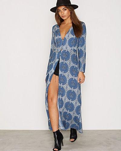 Blå långärmad klänning från Motel till dam.