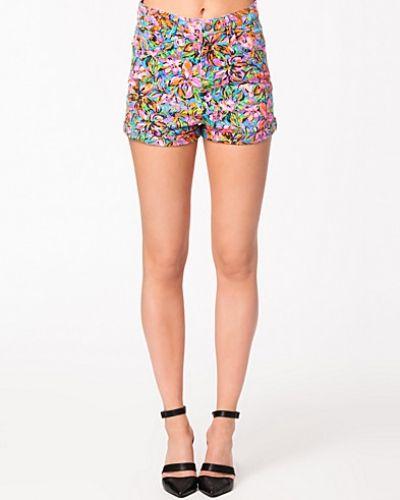 Till dam från Motel, en metallicfärgad shorts.