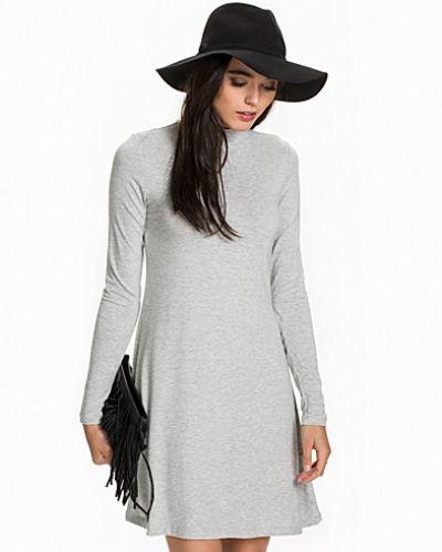 ONLY långärmad klänning till dam.